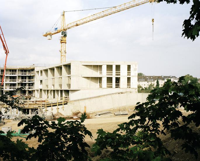 Foto einer Baustelle mit Kran am Raderthalgürtel in Köln. Das Foto ist Teil des Projektes -Vollendete Gegenwart- des Fotografen Marcel Wurm aus Köln.