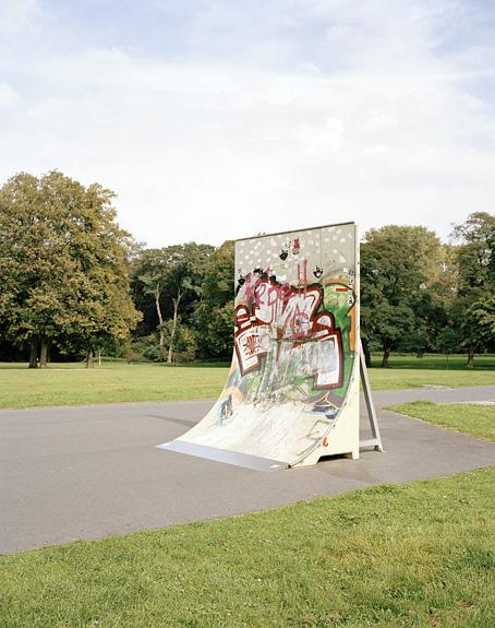 Foto einer Skateboard Rampe im Vorgebirgspark in Köln. Das Foto ist Teil des Projektes -Vollendete Gegenwart- von Marcel Wurm Fotografie, Köln