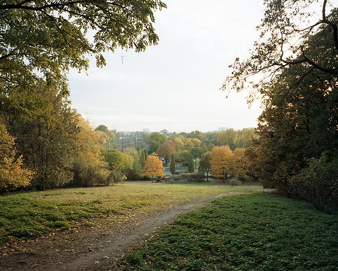 Landschaftsaufnahme vom Herkulesberg in Köln aus gesehen. Das Foto ist Teil des Projektes -Vollendete Gegenwart- des Kölner Fotografen Marcel Wurm.