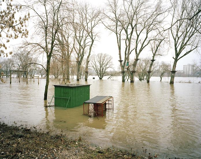 Foto vom Hochwasser im Jugendpark, Köln. Das Foto wurde von Marcel Wurm für sein Projekt -Vollendete Gegenwart- angefertigt.