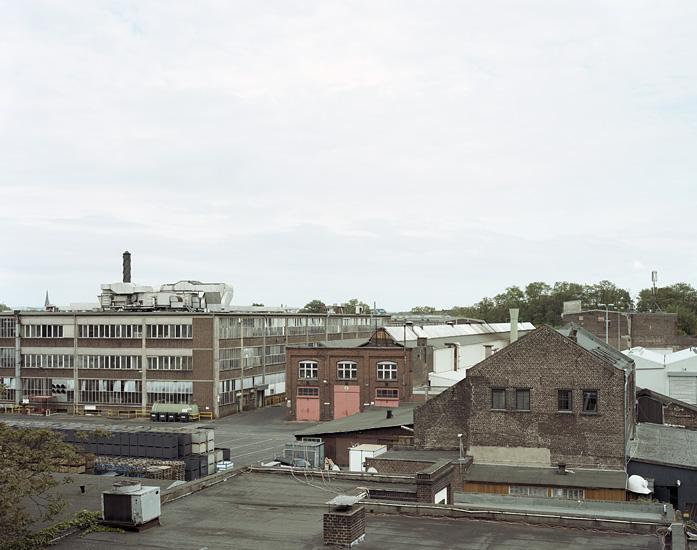 Foto des Industriegeländes der Deutz Motor Werke in Köln-Mülheim aus dem Fenster des Ateliers von Marcel Wurm. Das Foto ist Teil des Projektes -Vollendete Gegenwart- von Marcel Wurm Fotografie, Köln.