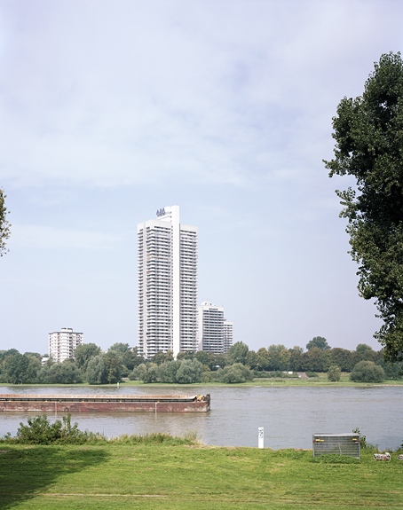 Foto des Colonia Hochhauses in Köln, vom Jugendpark aus gesehen. Das Foto ist Teil des Projektes -Vollendete Gegenwart- des Kölner Fotografen Marcel Wurm.
